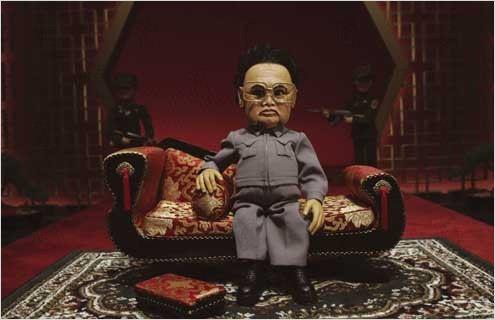 """O pai de King Jong-Um era o grande vilão da sátira """"Team America"""": ele não achou ruim... (Fotos: divulgação)"""