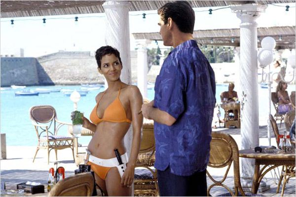 Halle Berry se une ao James Bond de Pierce Brosnan para impedir seguir o rastro de Rick Yune no filme de 2002