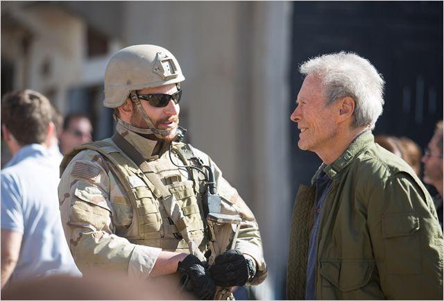 """Bradley Cooper e Clint Eastwood no set de """"Sniper americano"""": em um dia, o filme se tornou a maior bilheteria entres os concorrentes a melhor filme (Foto: divulgação)"""
