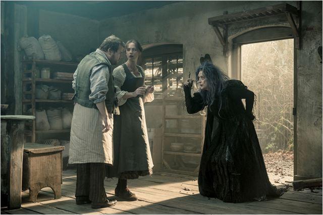 A bruxa má vivida por Meryl Streep, o padeiro (James Corden) e sua mulher (Emily Blunt): eles puxam a trama (Foto: divulgação)