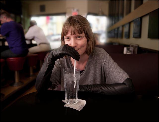 Loucura ou lucidez? A personagem de Mia Wasikowska conclama o melhor, e o pior, dos dois conceitos (Foto: divulgação)