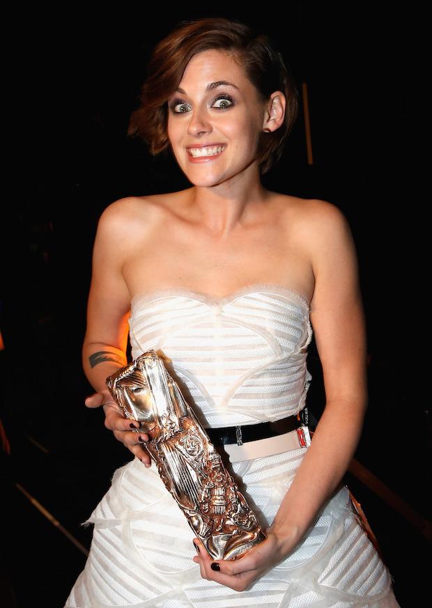 """Kristen Stewart com o prêmio """"César"""" conquistado no fim de fevereiro (Foto: Getty)"""