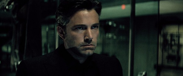 Um grisalho Ben Affleck surge como um pensativo (e invejoso?) Bruce Wayne