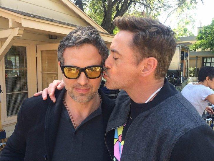 Um 'bromance' para ninguém botar defeito: Downey Jr. dá uma bitoca no Hulk