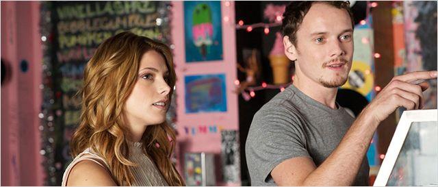 """Os atores Anton Yelchin e Ashley Greene  em cena de """"Burying the ex""""  (Foto: divulgação)"""