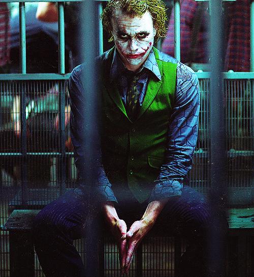 Heath Ledger, o detentor do trono de melhor Coringa de todos os tempos, com seu visual anárquico