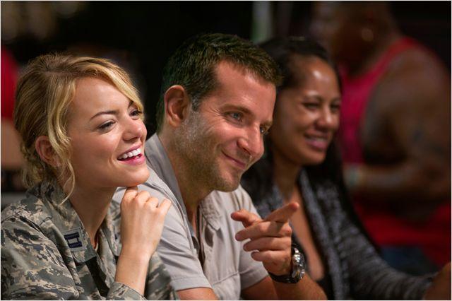 """Com Bradley Cooper e Emma Stone e assinado pelo badalado Cameron Crowe, """"Sob o mesmo céu"""" também decepcionou nos EUA. O filme chega ao Brasil em 11 de junho"""