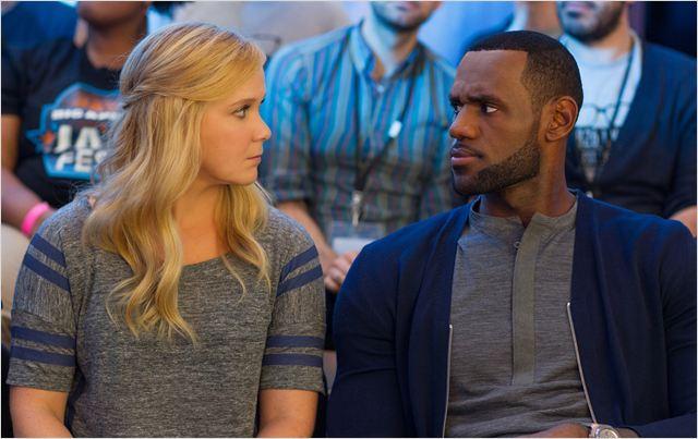 """A comediante Amy Schumer e o jogador de basquete LeBron James em cena de """"Descompensada"""""""