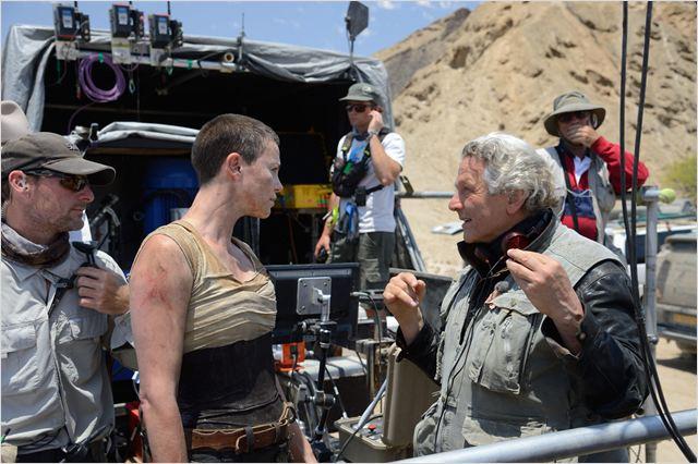 """O australiano George Miller leva um lero com Charlize Theron, sua Furiosa, no set de """"Estrada da fúria"""""""