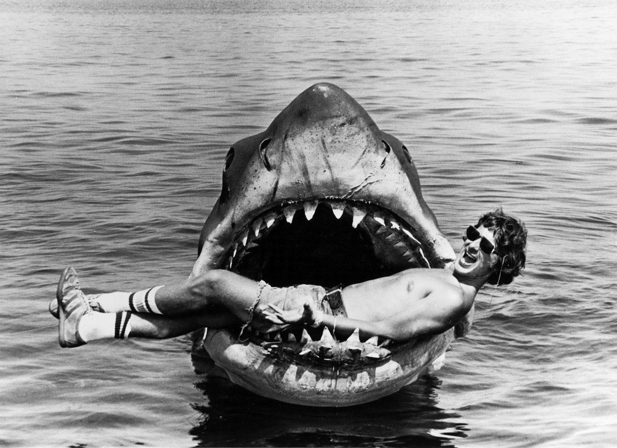 """Spielberg em icônico registro feito no set de """"Tubarão"""": filme que revolucionou a indústria de cinema americano"""