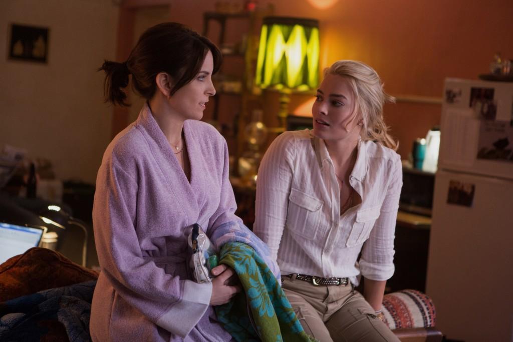 """Tina Fey e Margo Robbie em cena de """"Uma Repórter em Apuros"""""""