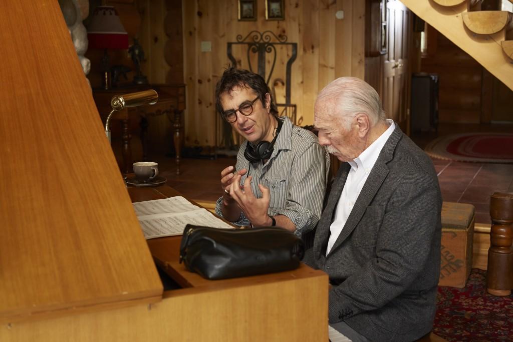 """O cineasta Atom Egoyan orienta o ator Christopher Plummer no set de """"Memórias Secretas"""" (Foto: divulgação)"""