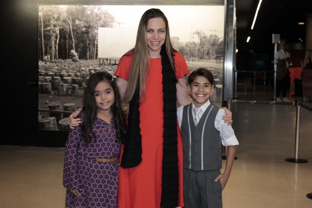 """A diretora Sanda Kogut e as estrelas mirins de """"Campo Grande"""" na pré-estreia carioca do filme (Foto: AgNews)"""