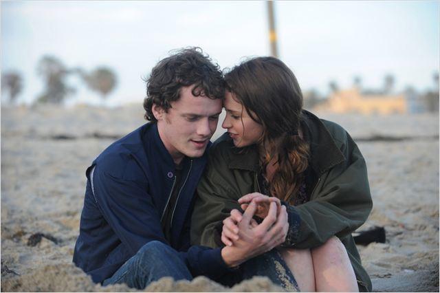 """Yelchin ao lado de Felicity Jones em """"Loucamente Apaixonados"""": um de seus melhores momentos no cinema (Fotos: divulgação)"""