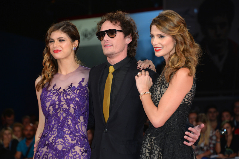 """O ator durante o festival de Veneza de 2014 com Alexandra Daddario e Ashley Greene para a estreia de """"Enterrando minha ex"""" (Foto: Getty)"""