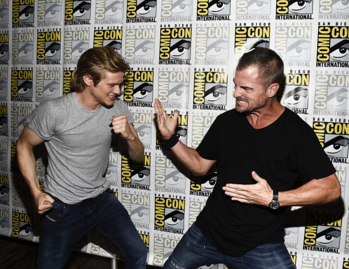 O Novo MacGyver em pessoal, Lucas Til, esboça sair na mão com George Eads antes do painel da série (Foto: Hollywood Reporter/reprodução)