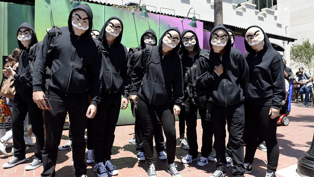 """Fãs de """"Mr. Robot"""" usam a máscara característica da associação de hackers Fuck Society (Foto: reprodução/instagram)"""