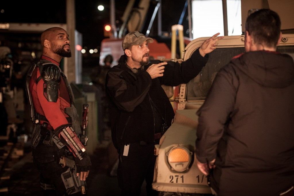 O cineasta David Ayer orienta Will Smith no set