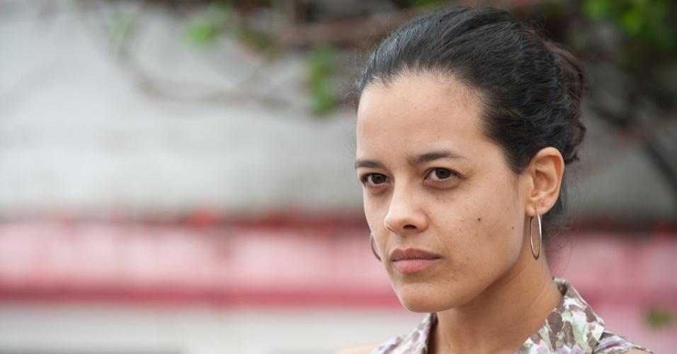 """A atriz em cena do filme """"O Som ao Redor"""""""