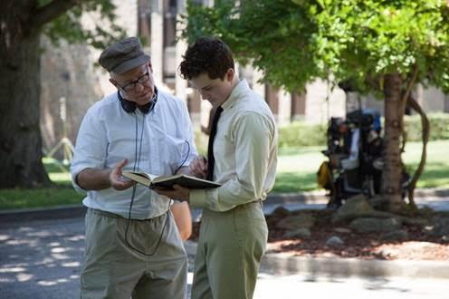 """O diretor James Schamus no set de """"Indignação"""" ao lado do ator James Schamus (Foto: divulgação)"""