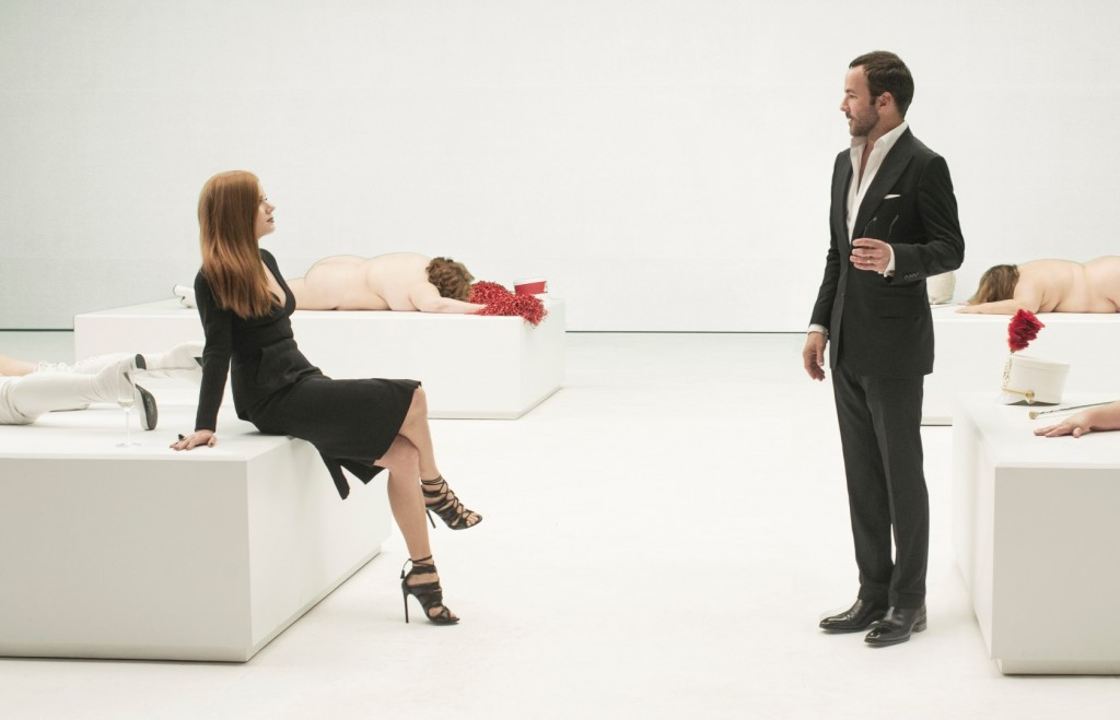 "Tom Ford orienta a atriz Amy Adams no set de ""Animais Noturnos"""
