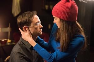 O romance com Lindsay (Shailene Woodley) vive às margens da vida de agente de Snowden