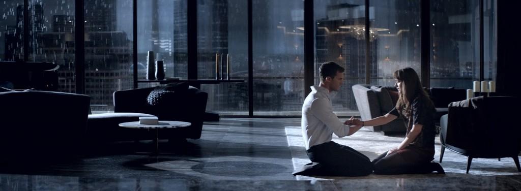 """Christian Grey precisa abrir mão do controle para reaver o controle sobre Anastasia e esse paradoxo é o melhor que """"50 Tons Mais Escuros"""" tem a oferecer"""