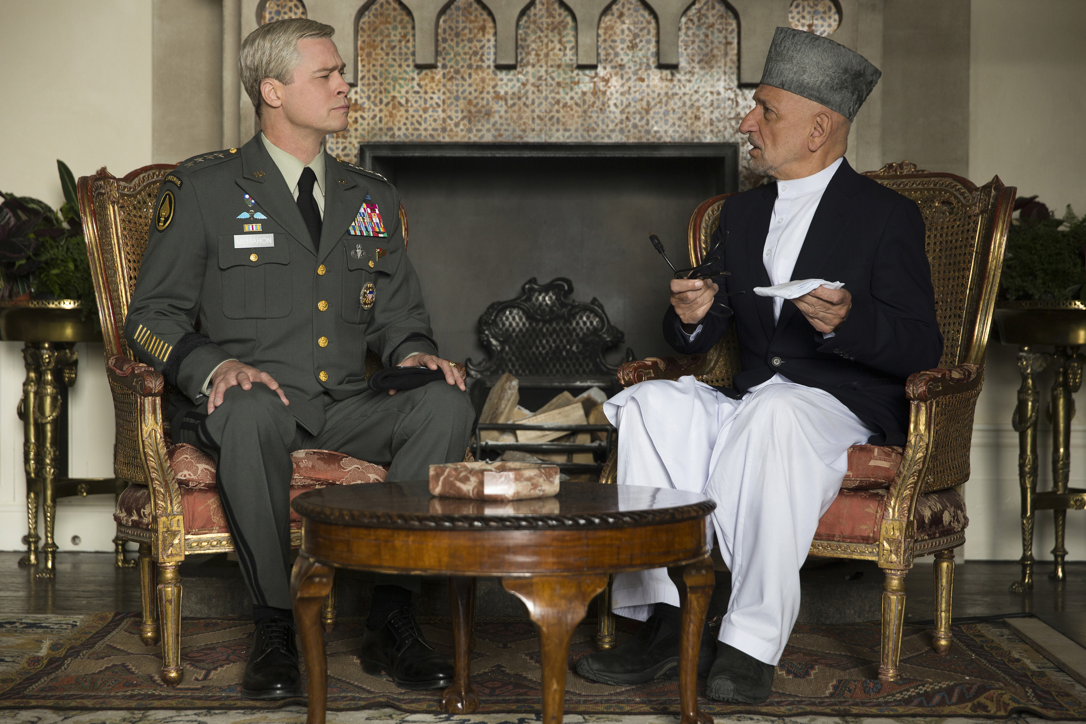 Brad Pitt e Ben Kingsley em cena de War Machine, que estreia em 26 de maio na Netflix