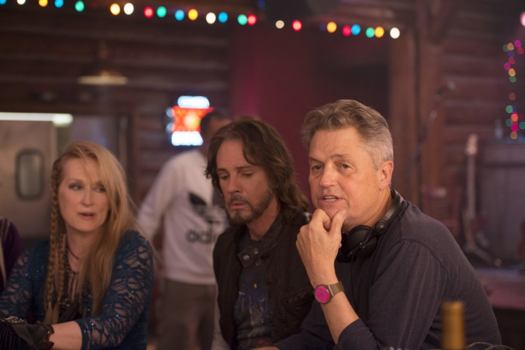 "O cineasta Jonathan Demme ao lado de Meryl Streep e Rick Springfield no set de ""Ricki and The Flash"""