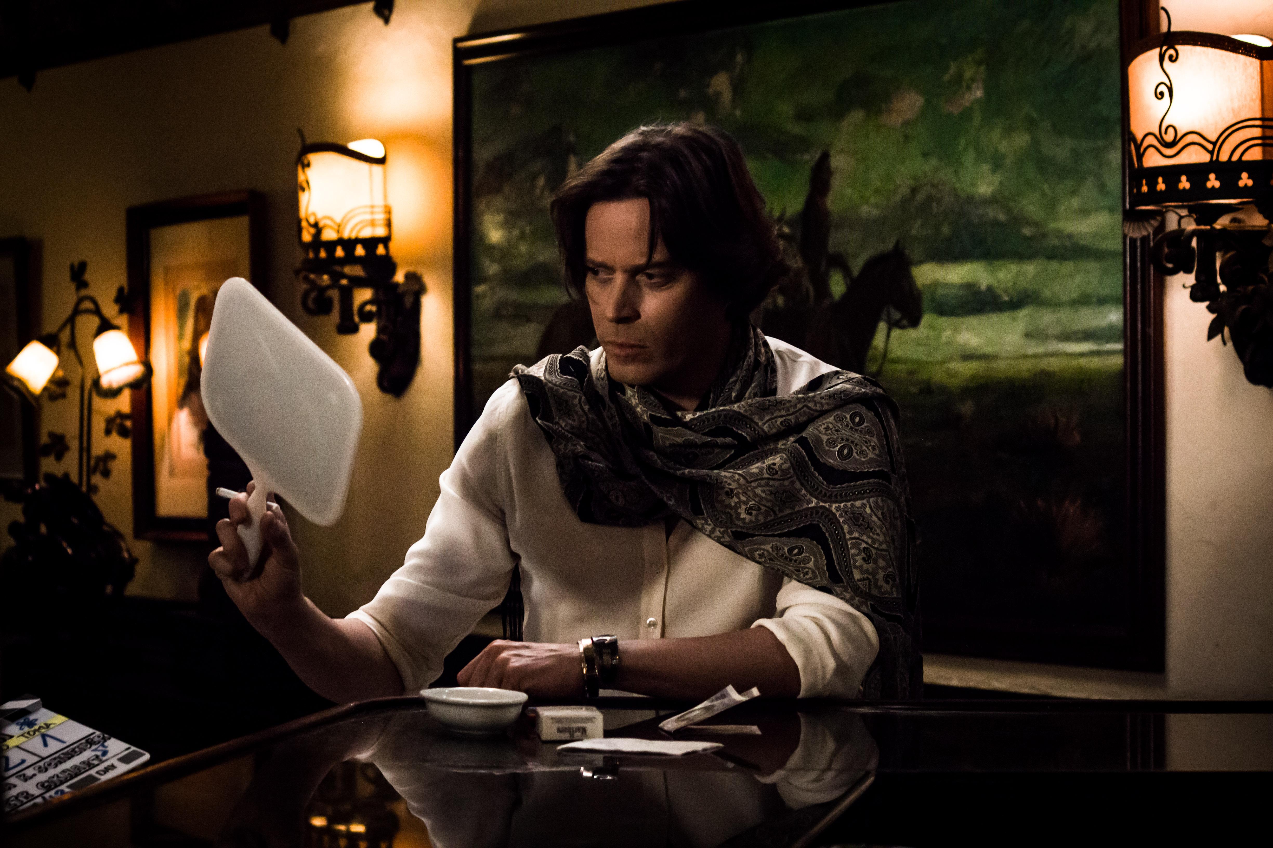 O ator Luis Fernández durante a transição de Teo em Tamara Fotos: Publico/Divulgação