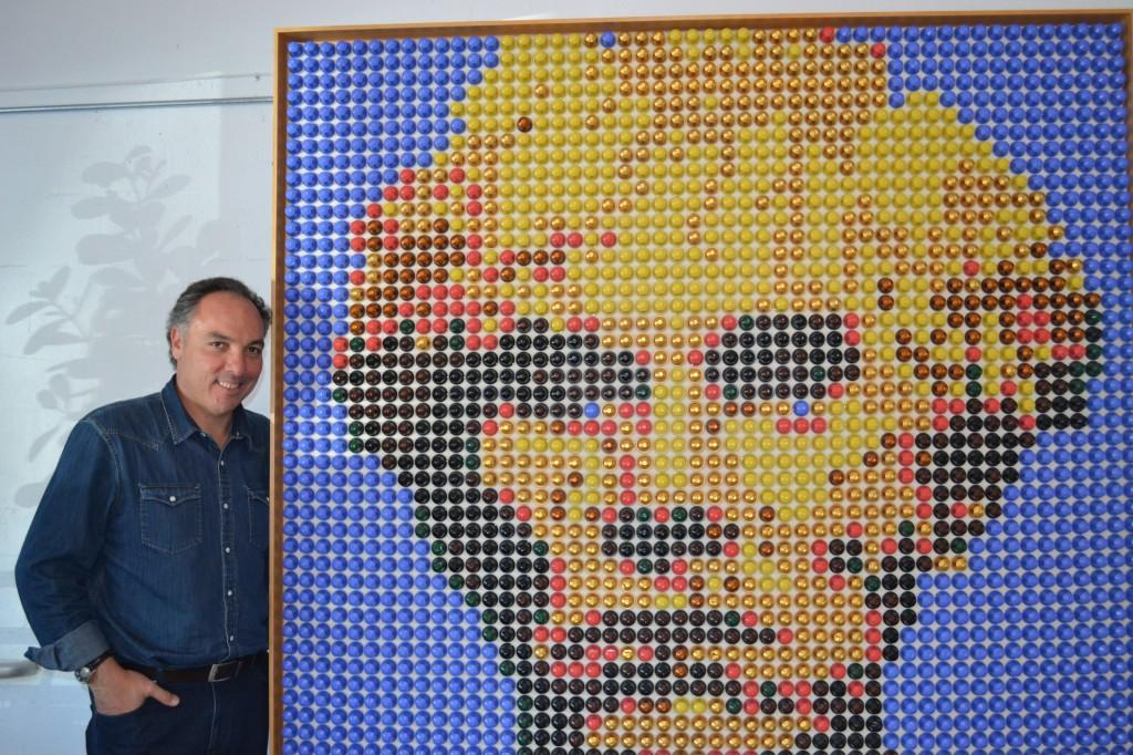 O quadro ao lado de Bellino é outra iniciativa do empreendedor.  São 100 obras feitas com capsulas da Nespresso.  Este é de Andy Warhol, artista que desenhou a lata de sopa Campbell's, inspiração para Sopa de Pedras, tema de palestras de Ricardo Bellino.  Os quadros vendem por US$15 mil cada.  Este foi uma doação para a sede da School of Life.  Todos podem ser vistos no site http://www.saatchionline.com/Artmakers. Foto de Carla Guarilha.