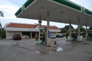"""A entrada é típica de um posto de gasolina. A surpresa é quando se abre a porta da """"lojinha"""" de conveniência. Foto de Carla Guarilha."""