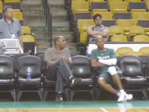 Allen com uma proteção no joelho antes o treino dos Celtics.