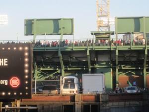 """Andando até o Fenway Park.  Imagens da parte de trás do """"Green Monster""""."""