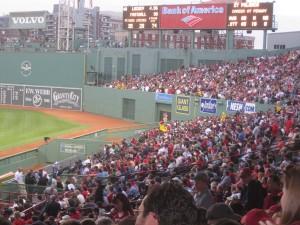 Fenway Park é o estádio mais velho da MLB.  Foi construído em 1912.