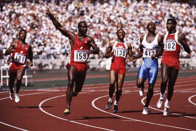 O canadense Ben Johnson chega comemorando sua vitória nos 100 m rasos nos Jogos de Seul. Dois dias depois, a confirmação de que correra dopado