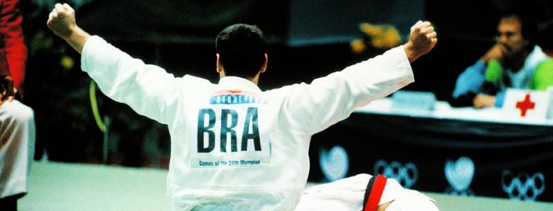 Aurélio Miguel comemora a conquista da medalha de ouro nas Olímpíadas de Seul
