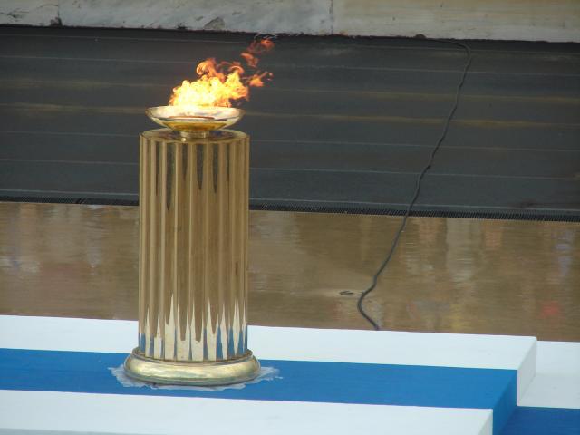Pdestal com a chama olímpica, localizado na cidade de Olympia, na Grécia