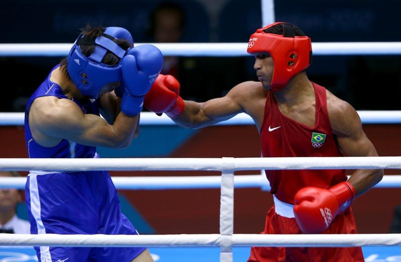 Esquiva Falcão (vermelho) golpeia o japonês Ryota Murata, na decisão da medalha de bronze dos médios, nas Olimpíadas de Londres 2012