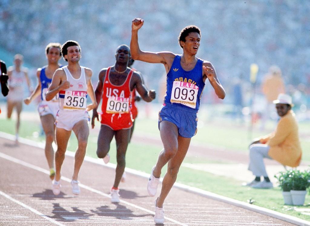 Joaquim Cruz comemora a histórica vitória nos 800 m nos Jogos de Los Angeles