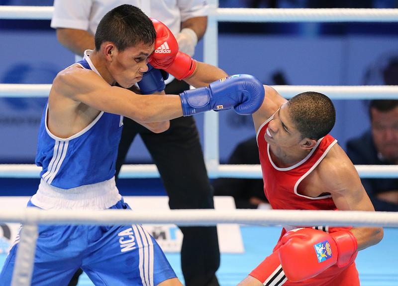 O venezuelano Eduard Salas (vermelho) golpeia Ricardo Blandon, da Nicarágua, no Mundial de Almaty, no Cazaquistão
