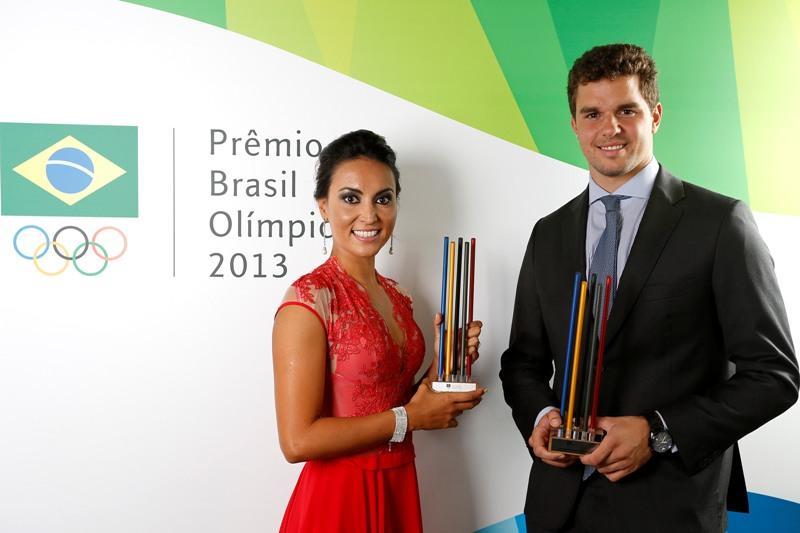 Poliana Okimoto e Jorge Zarif exibem os prêmios de melhores do ano