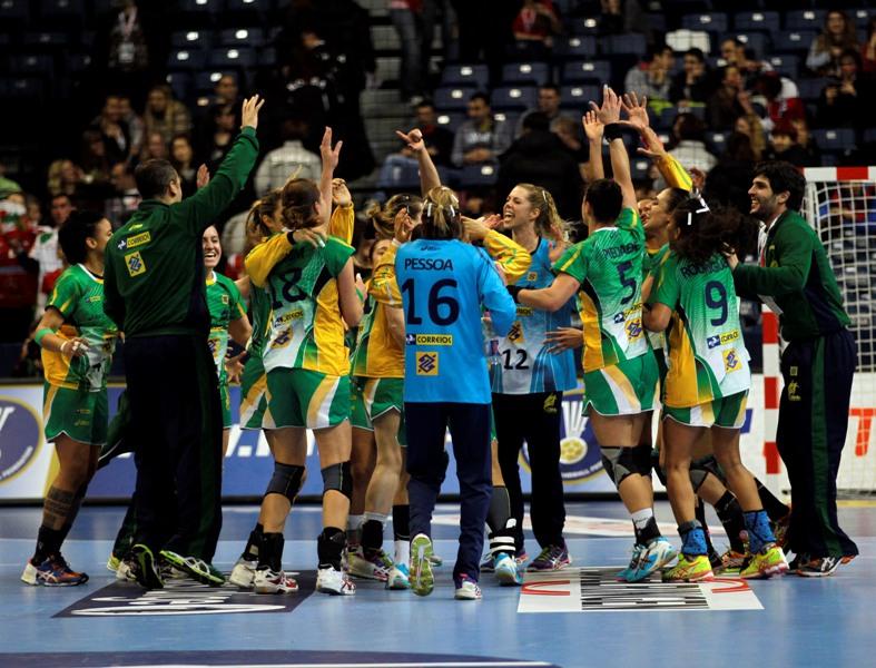 Jogadoras da seleção feminina do Brasil de handebol comemoram a vitória sobre a Hungria, após duas prorrogações