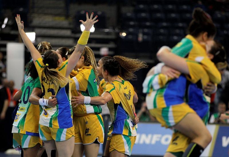 Jogadoras da seleção feminina de handebol comemoram a histórica vitória sobre a Dinamarca