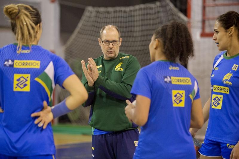 Morten Soubak orienta as jogadoras da seleção durante o treino. Ele acha possível ganhar uma medalha na Sérvia