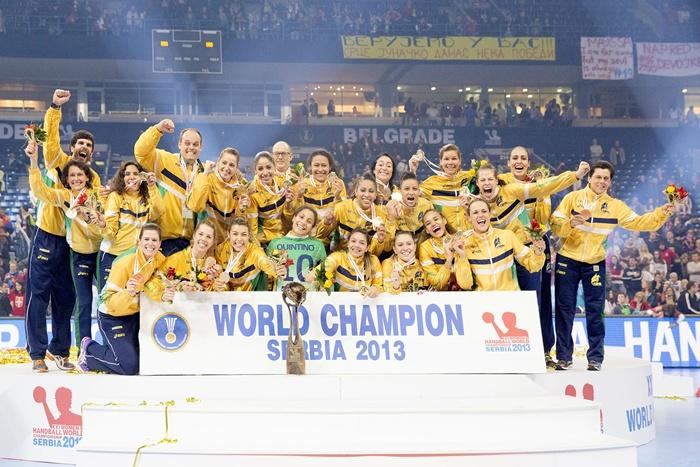 Seleção feminina de handebol comemora a conquista do inédito título mundial na Sérvia