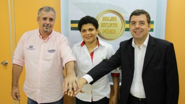Mauro José da Silva, Adriana Araújo e Ricardo Leyser, secretário de alto rendimento do Ministério do Esporte: cachimbo da paz