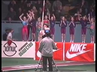 Momento em que Serguei Bubka se preparava para o salto que lhe deu seu último recorde mundial indoor
