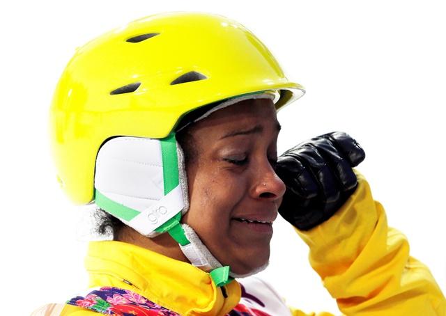 A brasileira Josi Santos cai no choro após completar sua prova no esqui aerials