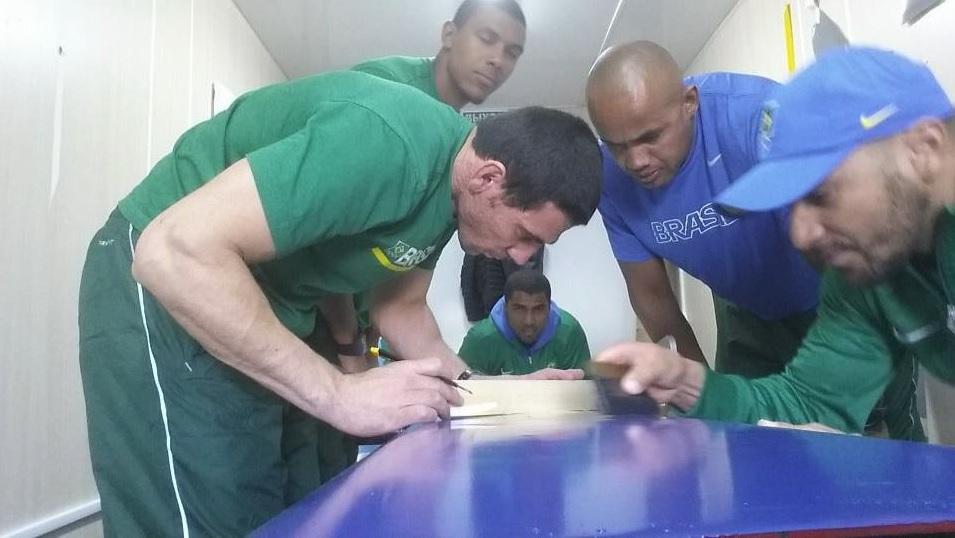 """Integrantes da equipe do Brasil """"envelopam"""" um dos dois trenós que serão usados em Sochi"""